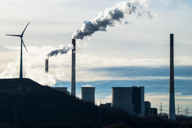 Zdjęcie elektrowni węglowej na tle wiatraków